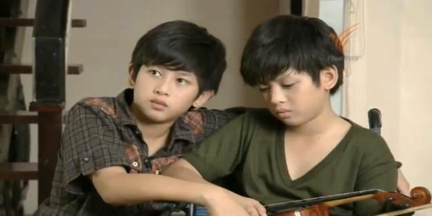 Pan and Wow at home, from เด็กชายในเงา dek chai nai ngao, a 2014 Thai PBS lakorn.